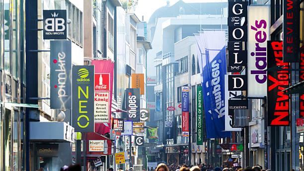 banner von stores in hohe straße - fußgängerzone stock-fotos und bilder