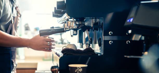 Banner Größe der Barista arbeiten Kaffee mit Kaffeemaschine Farbe Ton – Foto