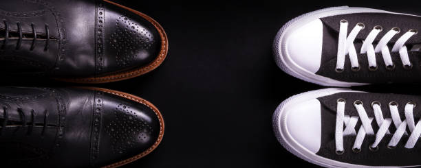 Banner mit gemischten Schuhen. Oxford und Sneakers Schuh auf schwarzem Hintergrund. – Foto