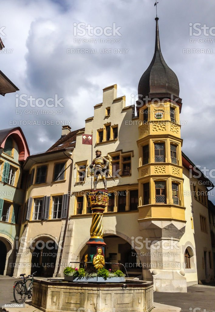 Banneret Statue Brunnen, erstellt im Jahr 1557 von Michel Voumard und neuesten renoviert im Jahre 1995 von Haus Urs Bridevaux, befindet sich in der alten Stadt Biel/Biel, Schweiz. – Foto