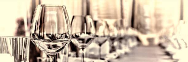 salão de banquetes no restaurante. conceito: servir. comemoração aniversário de casamento - fine dining - fotografias e filmes do acervo