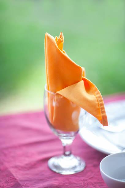 Bankett mit rotem Tisch Einstellung Tischdecke weiße Gerichte mit flachen DOF – Foto