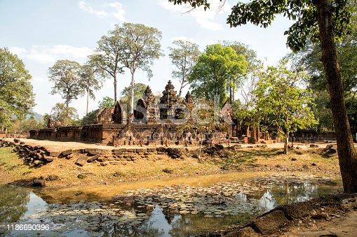Banteay Srei (o Banteay Srey) es un templo camboyano del siglo X dedicado al dios hindú Shivá. Ubicado en la zona de Angkor en Camboya, declarado Patrimonio de la Humanidad por la Unesco en 1992