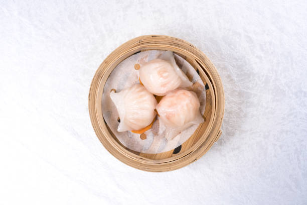 baozi chinesische knödel auf bambus-dampfer - semmelknödel stock-fotos und bilder