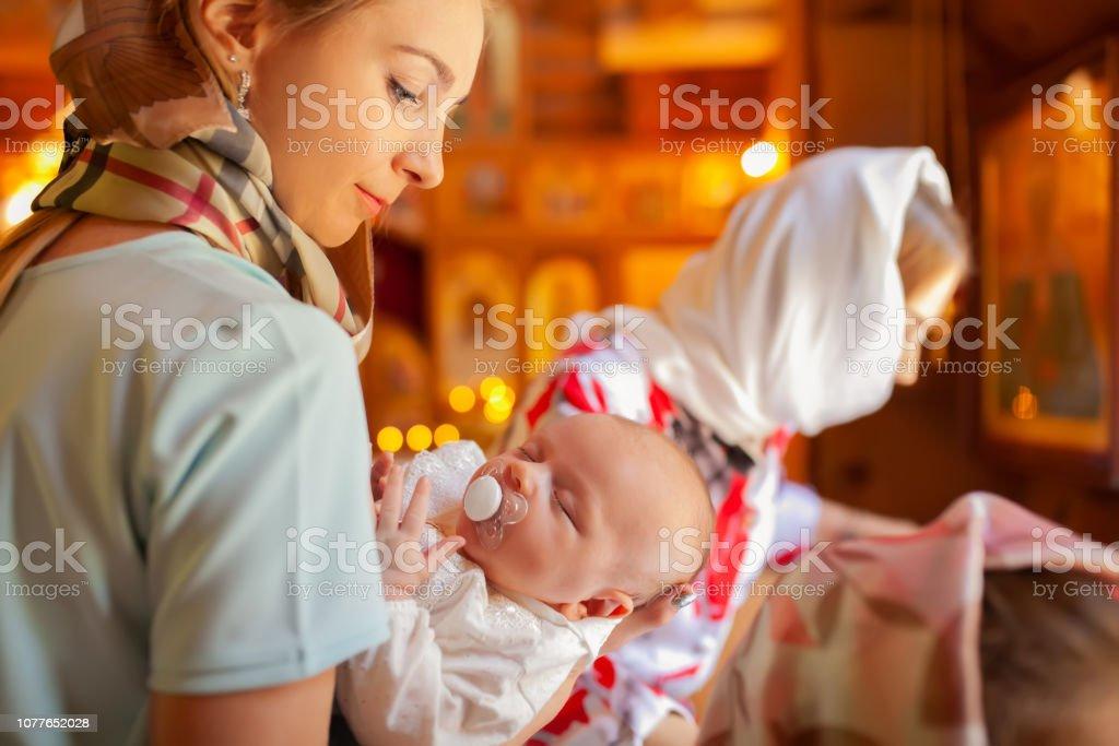 Taufe Eines Neugeborenen Kindes Kind In Den Armen Der Mutter