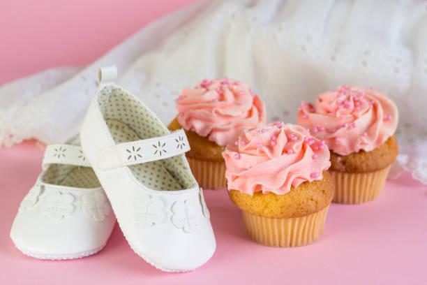 taufe oder geburtstag einladung der mädchen mit rosa tasse kuchen und weiße schuhe auf rosa hintergrund - geschenk zur taufe stock-fotos und bilder