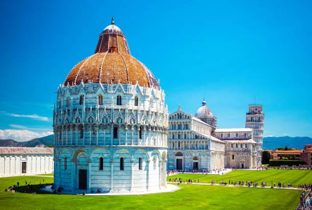 baptisterium van sint johannes op plein van de wonderen, scheve toren, beroemde geneigd toren van pisa met groen gazon in pisa, toscane, italië. - pisa stockfoto's en -beelden