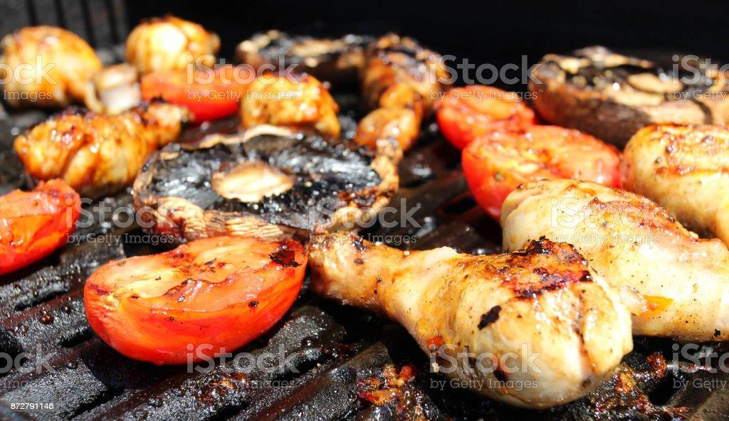Bar B Q alitas, tomates y Hongos portobello - foto de stock