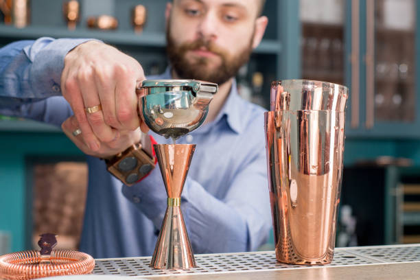 Bar-Theke, Barkeeper und Cocktails – Foto