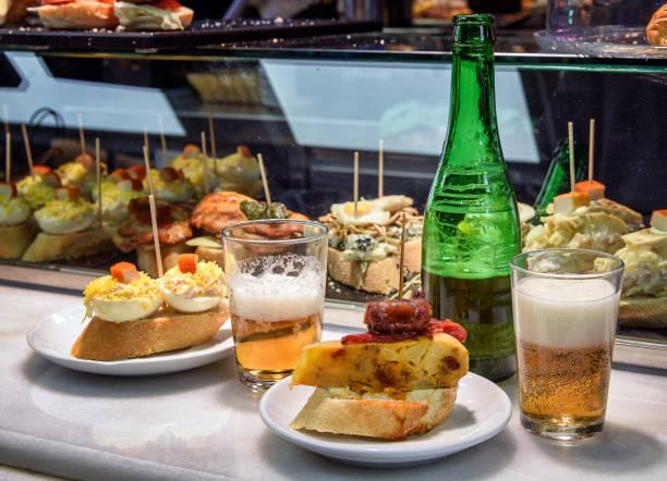 """bar balcão com cerveja e aperitivos espanhóis """"pinchos"""" - petiscos - fotografias e filmes do acervo"""