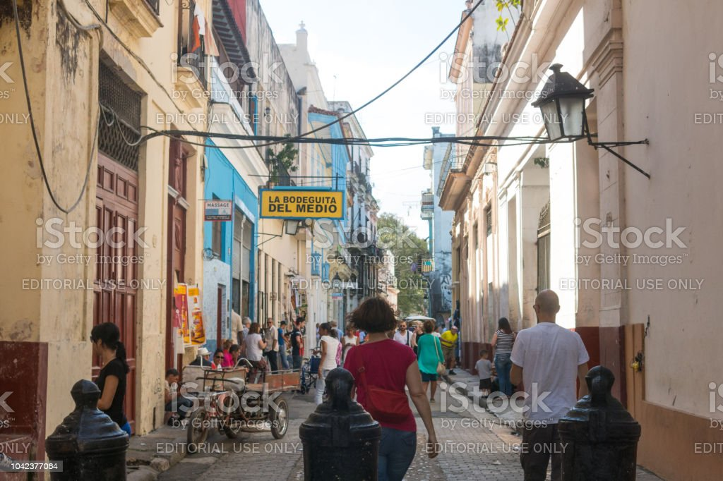 Bar La Bodeguita Del Medio En La Calle Obispo Turistas
