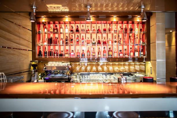 prestijli bir restoranda içecekler sunan bir bar - bar i̇çkili mekan stok fotoğraflar ve resimler