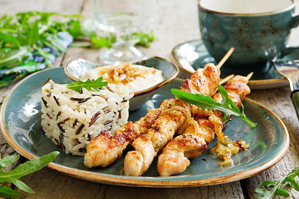 gegrilltes rinderfilet vom grill mit sauce. - kebab marinade stock-fotos und bilder