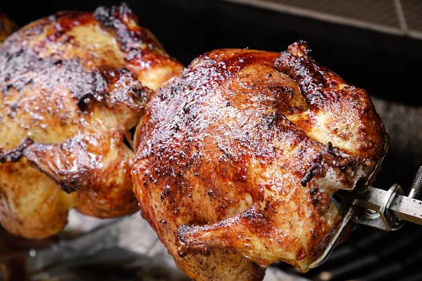 pollo barbecue sulla griglia - girarrosto foto e immagini stock