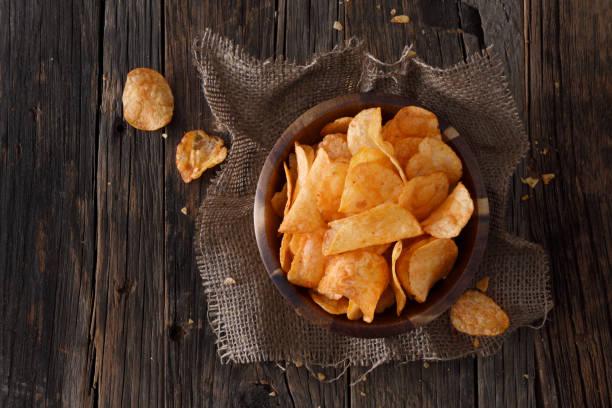 barbecue smak potatischips - chips bildbanksfoton och bilder