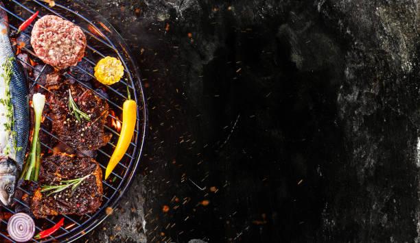 barbecue-grill mit rindersteaks, nahaufnahme - grillstein stock-fotos und bilder