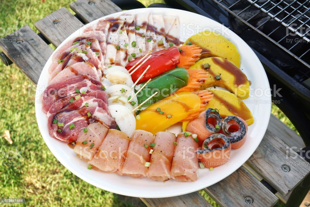 BBQ barbecue ingredients - Prepared meal, Marinated grill chicken, pork, fish and vegetables on plate. photo libre de droits
