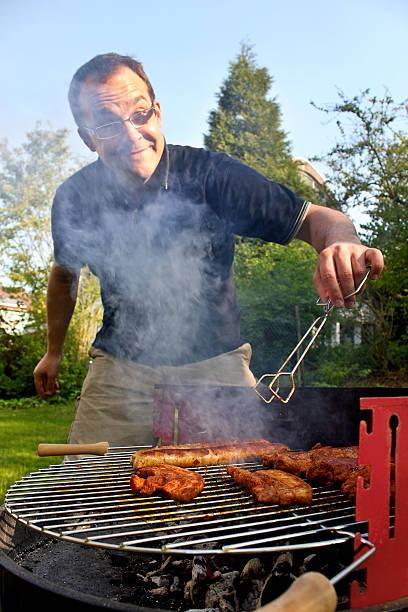 barbecue mann - desmond koch stock-fotos und bilder