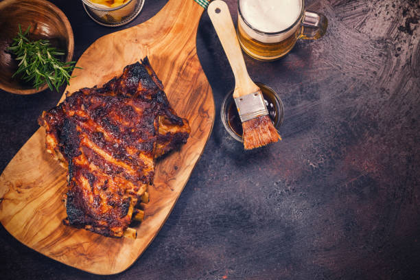 gegrilltes schweinefleisch spareribs - marinade für grillfleisch stock-fotos und bilder