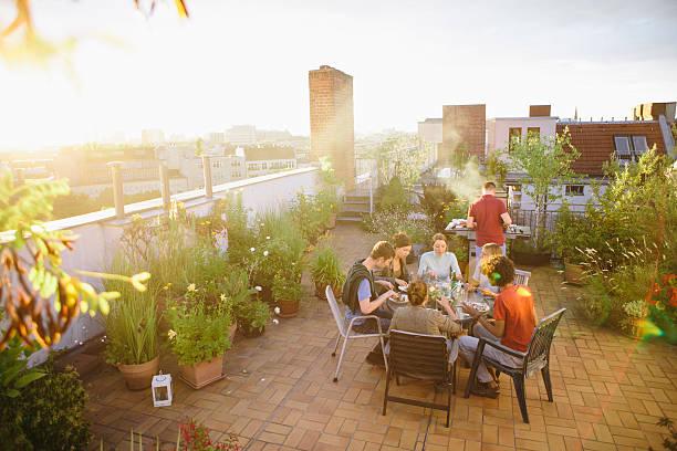 grill, dachgarten, mittel eine gruppe von menschen, sommer-party - dachgarten stock-fotos und bilder