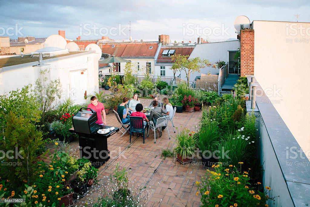 grill, Dachgarten, mittel eine Gruppe von Menschen, Sommer-party – Foto