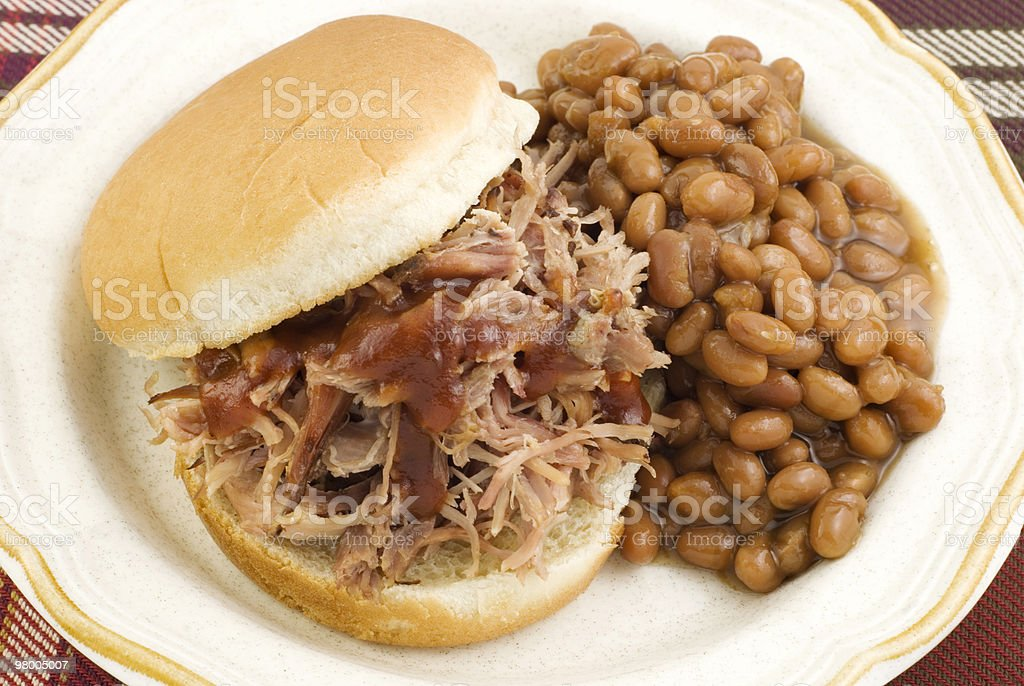 Sanduíche de churrasco com feijão assado foto royalty-free