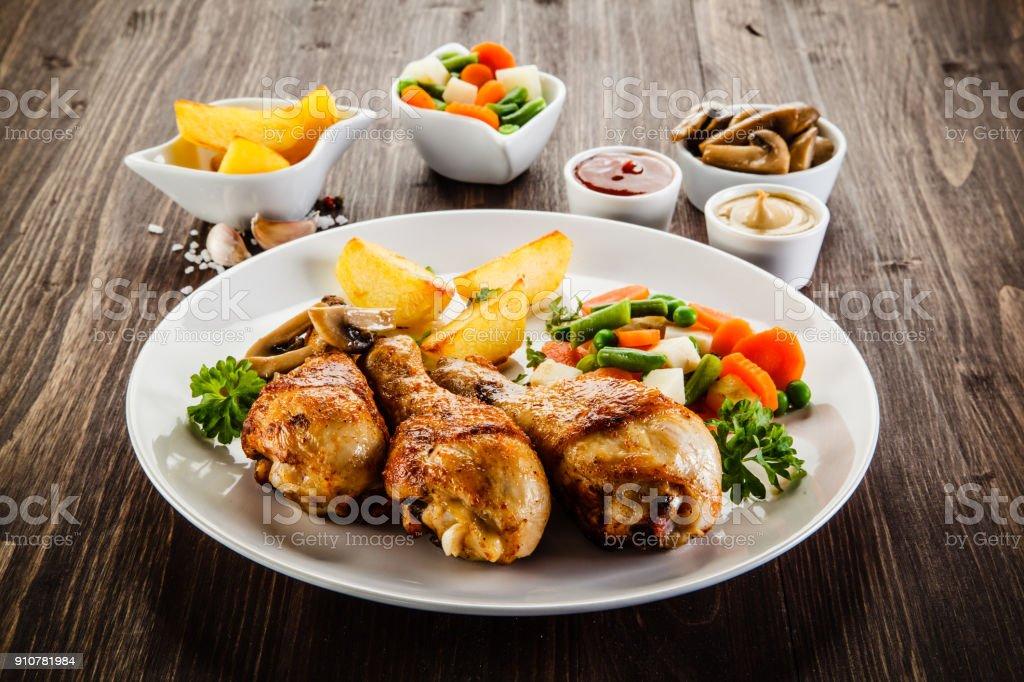 Gegrillte Hühnerbein mit Gemüse – Foto