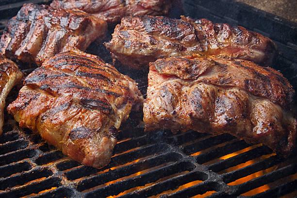 Churrasco de costelas de carne suína em ardente Grelha a carvão - foto de acervo