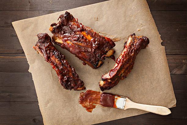 barbecued ribs - rib voedsel stockfoto's en -beelden