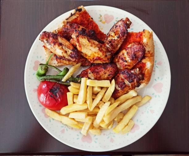 İstanbul'da ızgara baharatlı tavuk kanat tabağı stok fotoğrafı