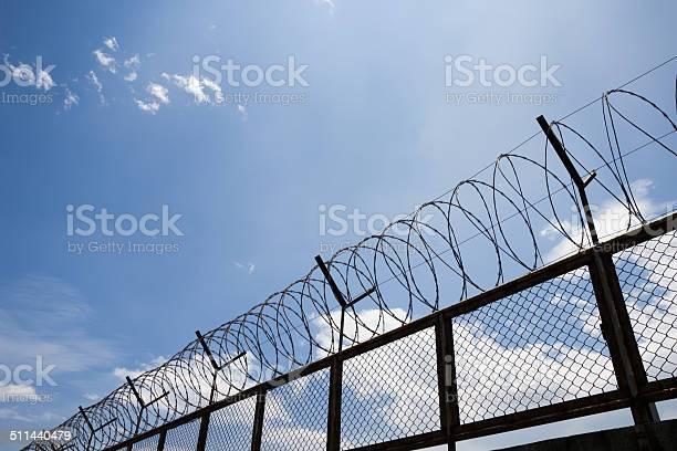 Stacheldraht Zaun Stockfoto und mehr Bilder von Bedeckter Himmel
