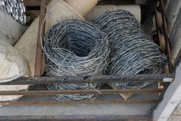 stacheldraht für verkauf in einem geschäft im markt. baumarkt. - papierrollenhalter stock-fotos und bilder