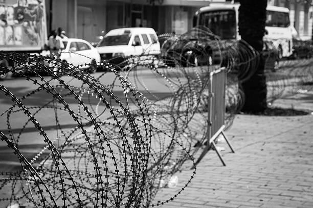 barbed wire on the streets - avondklok stockfoto's en -beelden