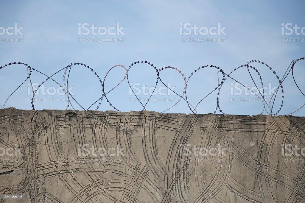 Stacheldraht Auf Gefängnis Wand Stock-Fotografie und mehr Bilder von ...
