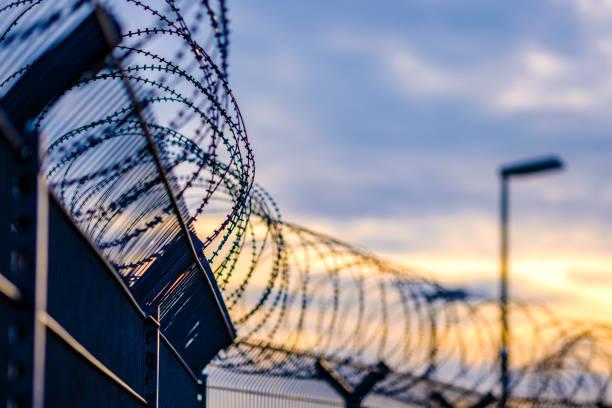 barbelés - prison photos et images de collection