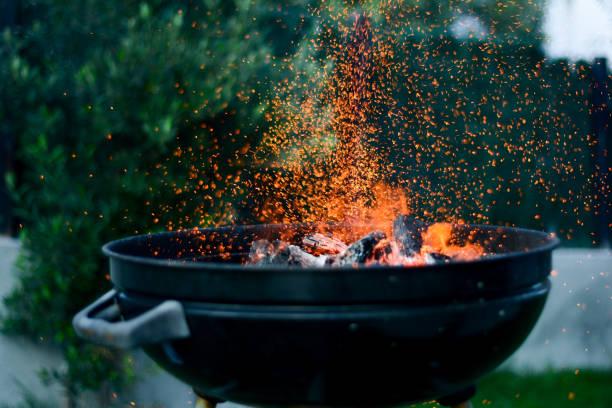 grilla ogień iskry - barbecue zdjęcia i obrazy z banku zdjęć
