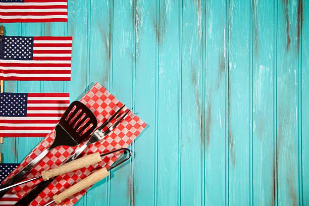 churrasco de utensílios em tecido xadrez.   eua flags.   azul de fundo de madeira. - dia do trabalho - fotografias e filmes do acervo