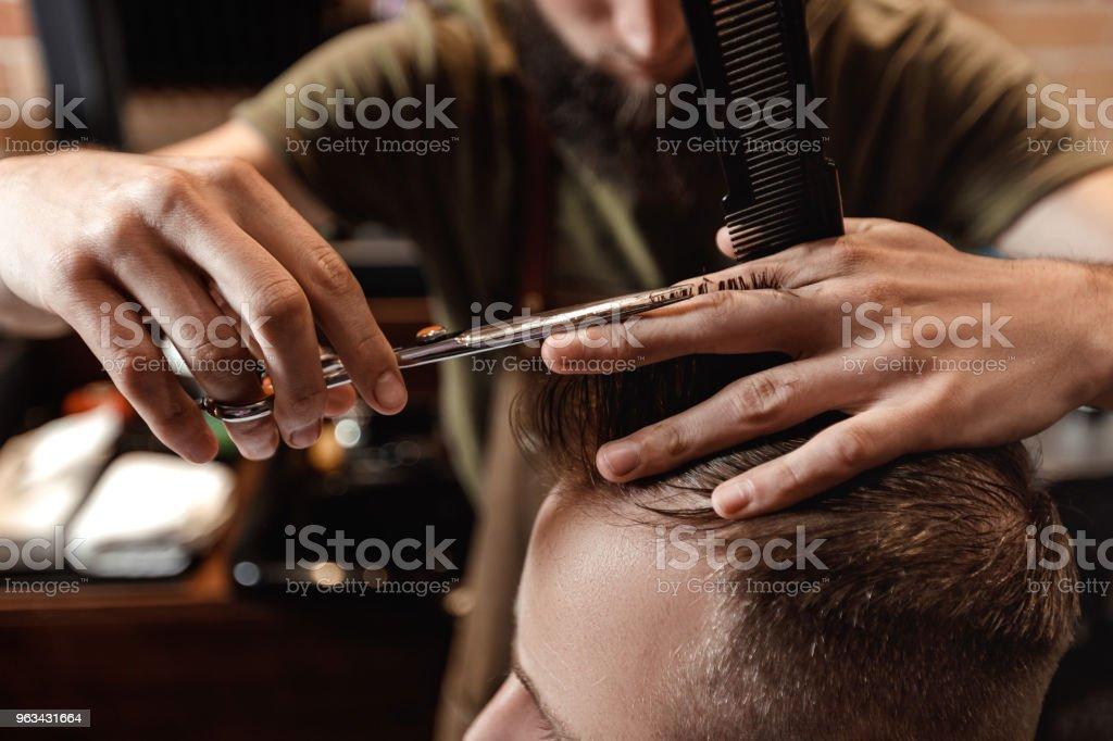 Barber et barbu dans le salon de coiffure - Photo de A la mode libre de droits
