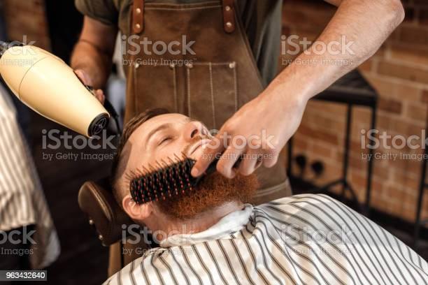 Fryzjer I Brodaty Mężczyzna W Salonie Fryzjerskim - zdjęcia stockowe i więcej obrazów Akcesorium osobiste
