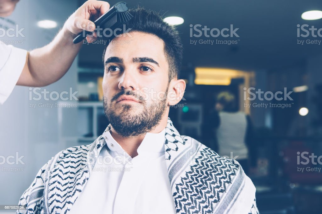 Barber combing man in salon - foto stock