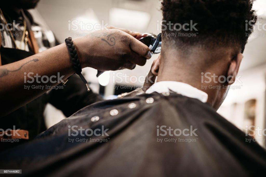Ce qui donne une coupe de cheveux dans sa boutique de coiffeur - Photo de A la mode libre de droits