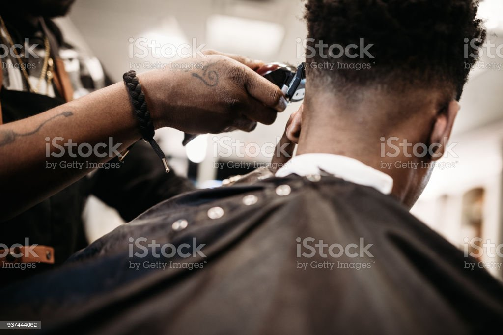 Barber Giving A Haircut in His Shop - fotografia de stock