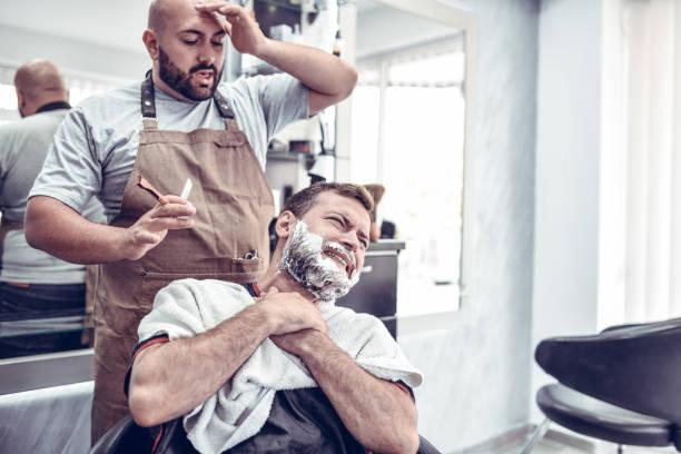 barber macht einen fehler und schneidet kunden - cut wrong hair stock-fotos und bilder