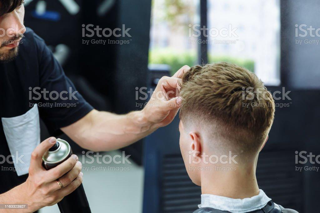 Photo libre de droit de Barber Fait Coiffure Avec Spray Pour ...