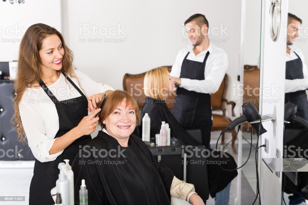 Barber makes the cut for  woman - foto stock