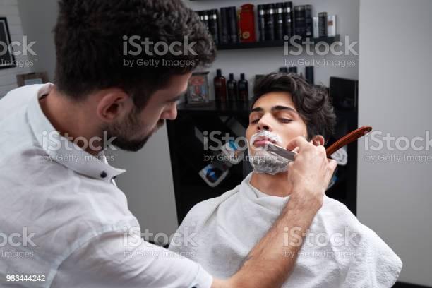 Kuaför Jilet Ve Tıraş Köpüğü Sakal Tıraş Stok Fotoğraflar & Adamlar'nin Daha Fazla Resimleri