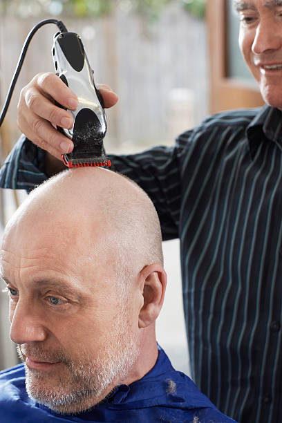 barbier-rasur alter mann's head - glatze schneiden stock-fotos und bilder