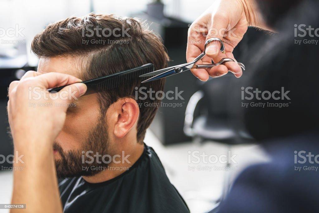 Barber using scissors and comb - 免版稅人圖庫照片