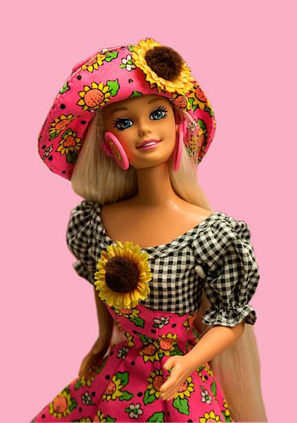 barbie puppe, spielzeug isoliert auf rosa hintergrund. - barbiekleidung stock-fotos und bilder