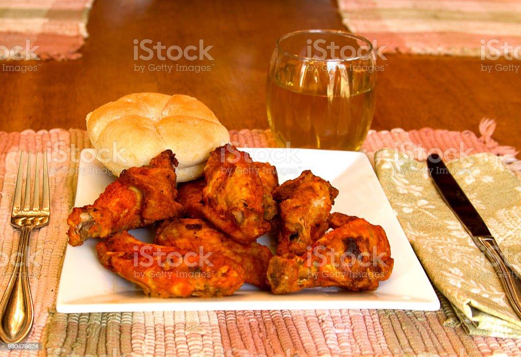 Bar-B-Q pollo servido en plato - foto de stock